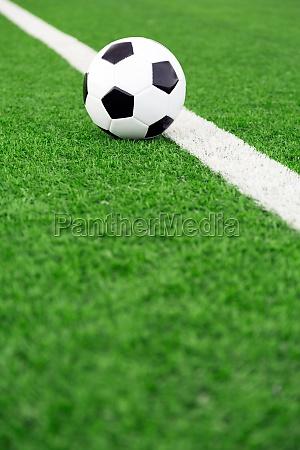 traditioneller fussball auf fussballplatz