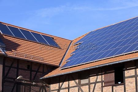 solaranlage auf dem dach eines landwirtschaftsobjekt