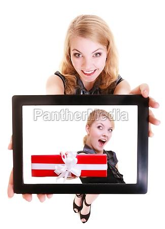 geschaeftsfrau ipad tablet touchpad foto weihnachtsgeschenkkasten