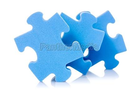 drei puzzleteile auf weiss