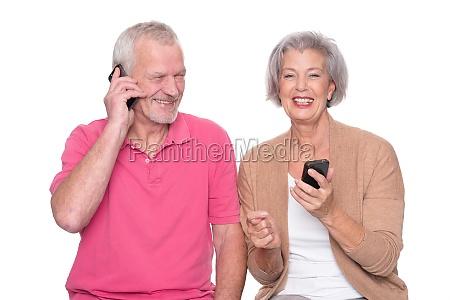 seniorenpaar mit smartphone