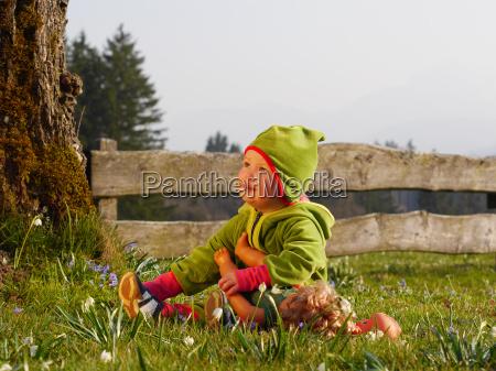 maedchen spielt mit puppe