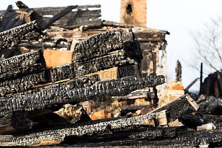 ruinen und reste eines abgebrannten hauses
