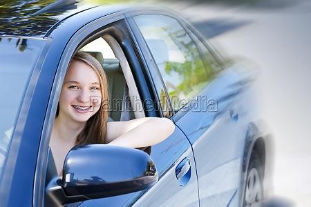 teenager maedchen lernen zu fahren