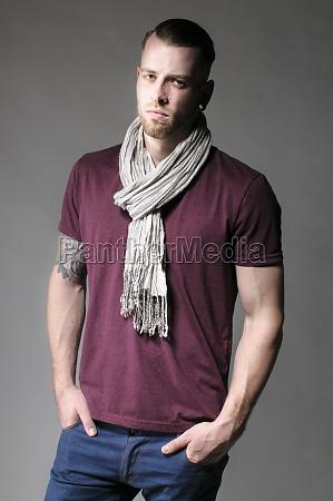 junger mann in freizeitkleidung