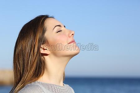 woman portrait atmet tief die frische