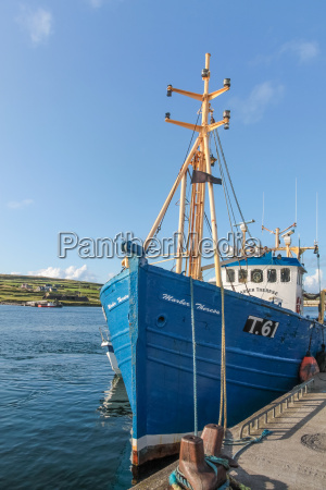 blaues fischerboot im hafen