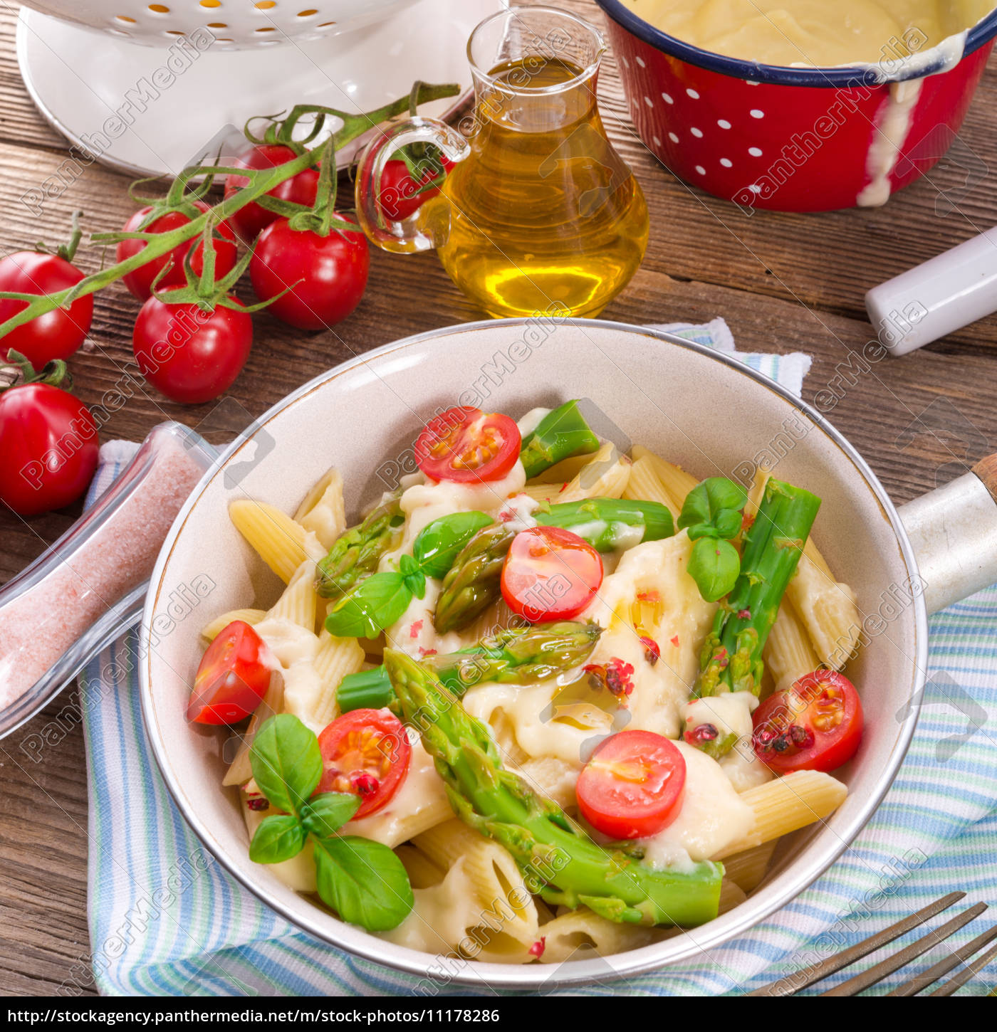 noodles, with, asparagus, in, cream-cheese, sauce - 11178286