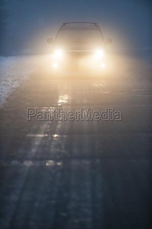scheinwerfer des autofahrs im nebel