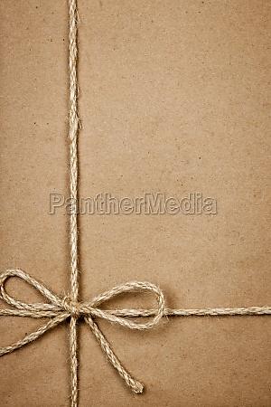 paket aus braunem papier mit schnur