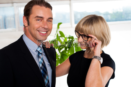 frau buero lachen lacht lachend belaecheln