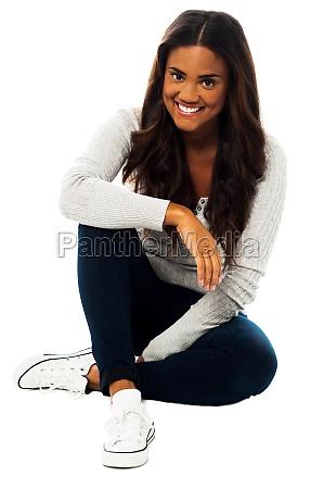 chica guapa sentada en el piso