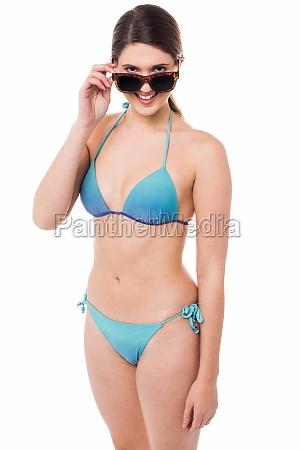 flirtartige junge babe in bikini und