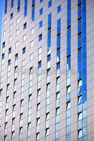 modernes futuristisches geschaeftshaus in der stadt