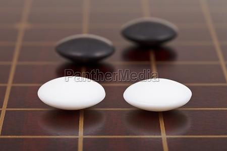vier steine waehrend des go spiels