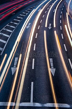 bewegung verschwommener stadtstrassenverkehr farblich getoentes bild
