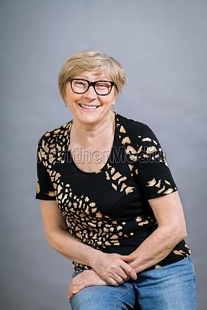 aeltere erwachsene frau seniorin mit grauen