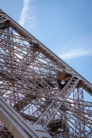 eiffelturm in paris wahrzeichen vor blauem