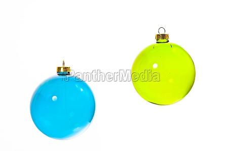blaue und neongruene weihnachtskugel