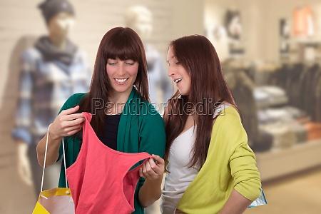 junge frauen beim einkaufen von kleidung