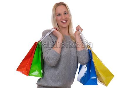 junge blonde frau beim shopping mit