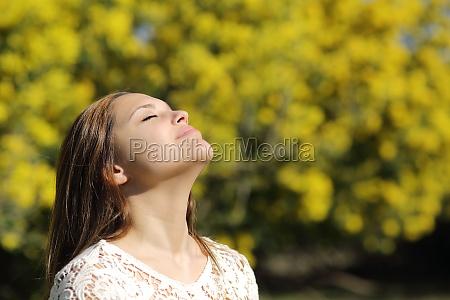 frau atmet tief im fruehjahr oder