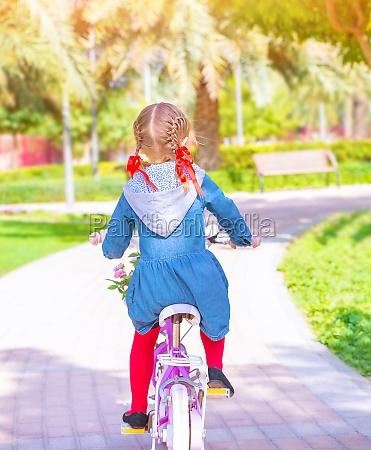 kleines maedchen auf dem fahrrad