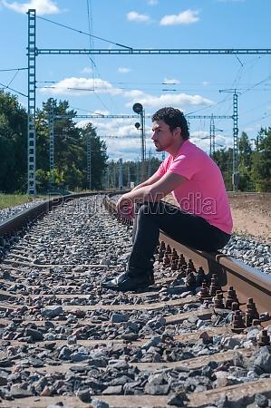 ein mann im rosa t shirt