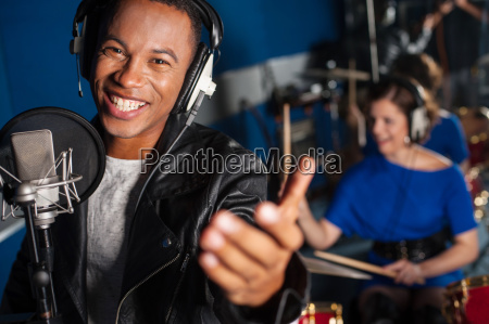 junger mann der gesang im studio