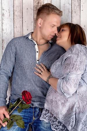 glueckliches paar mit rose schwangerschaft