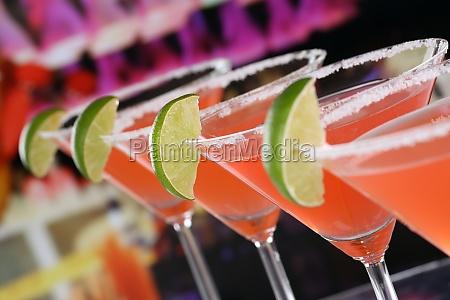 rote martini cocktails in glaesern in