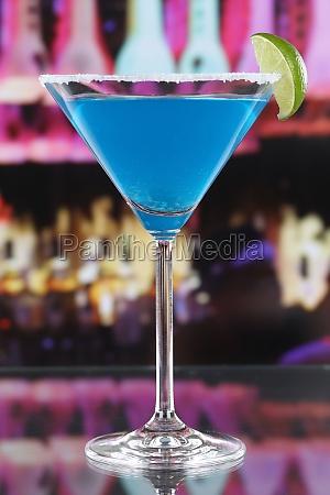 blue curacao cocktail im martini glas