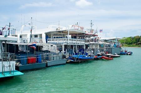 hafen beiboot fischerboot yacht schiff weiss