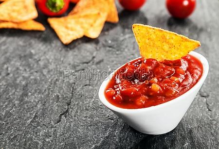 heisse wuerzige salsa sauce mit mais