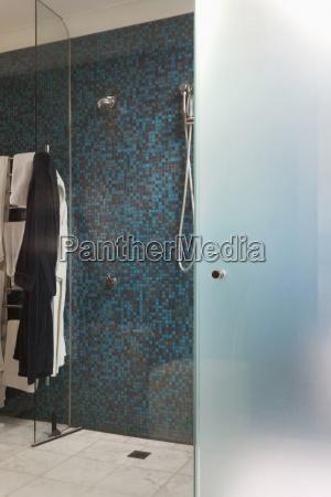 mosaik fliesen dusche lizenzfreies bild 11318471. Black Bedroom Furniture Sets. Home Design Ideas