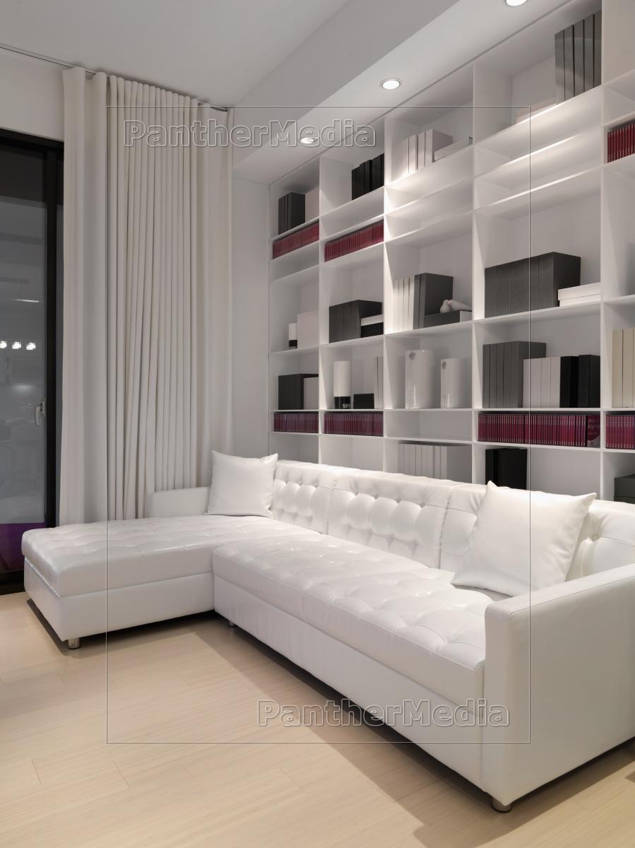 Weißes Sofa weißes sofa infront wand bücherregal lizenzfreies bild 11320343