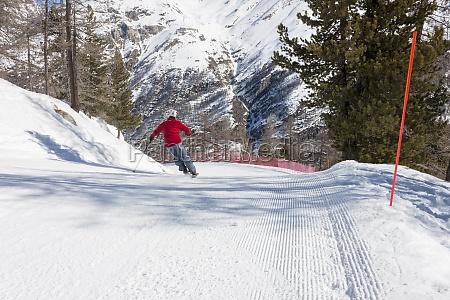skifahrer auf skipiste