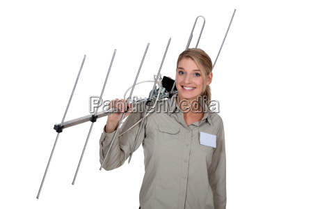frau traegt tv antenne