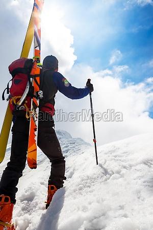 skitourengeher wandern auf einem steilen schneebedeckten