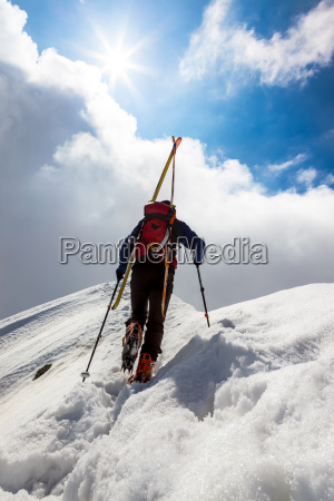 ski bergsteiger zu fuss entlang einer