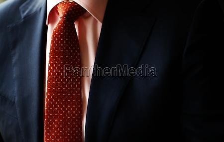 anzug und rote krawatte