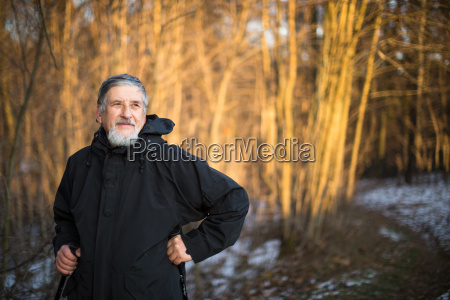 aelterer mann nordic walking die natur