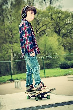 kind auf skateboard