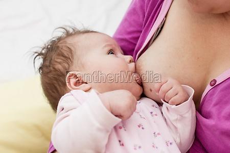 stillen neugeborenes baby
