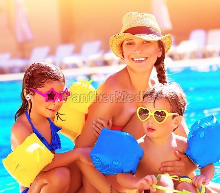 glueckliche familie im sommerurlaub