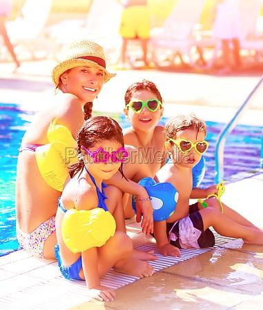 froehliche familie auf strand resort