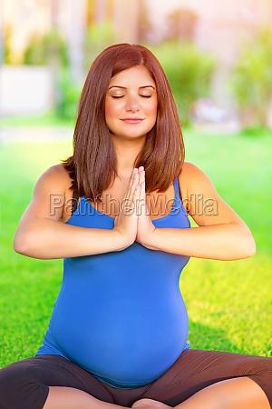 schwangere frau engagiert sich im yoga