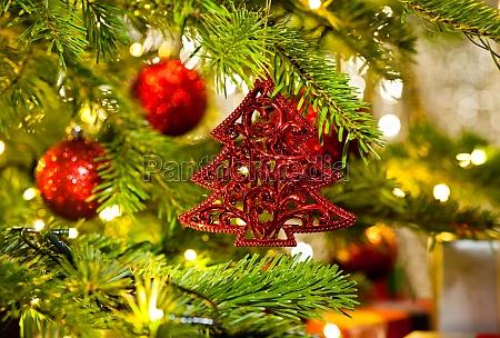 ornament in einem echten weihnachtsbaum