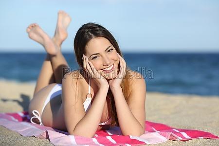 junge teenager maedchen am strand