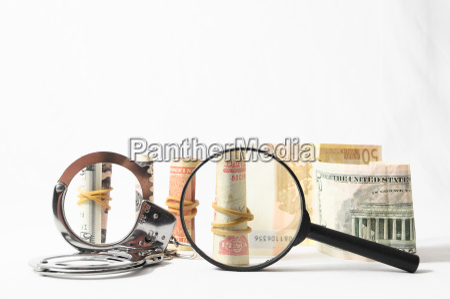steuerkriminalitaet konzept geld und handschellen
